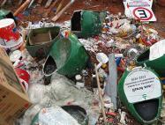 Lixo, entulho e material reciclável se acumulam nas dependências da Prefeitura